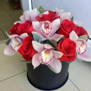 Орхидеи и красные розы в коробке R794
