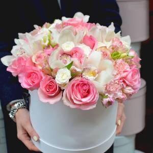 Белые орхидеи и розовые розы в коробке R791