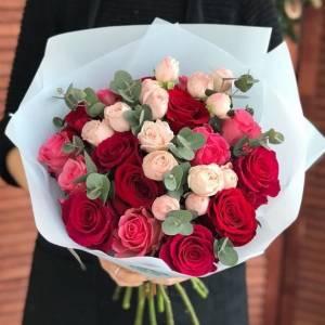 Сборный букет роз в крафте R455